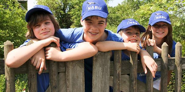 NABU-Kids am Gartenzaun - Foto: NABU/Christine Kuchem