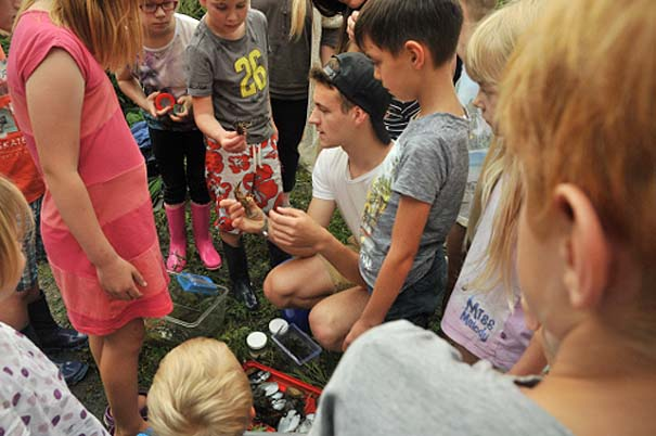 Kindergruppe beim Keschern - Foto: Fabian Karwinkel
